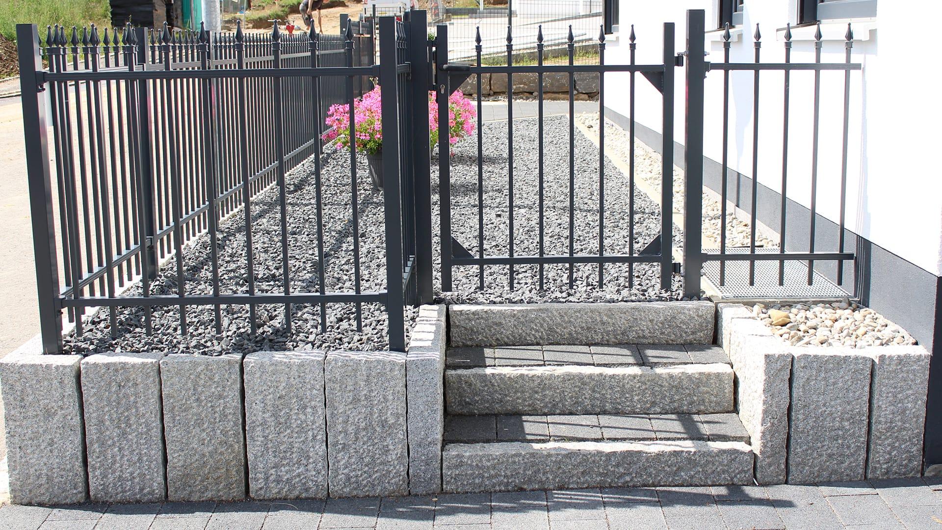 Idyllischer Garten Mit Mauer Sichtschutz Und Zaun Von Rainer